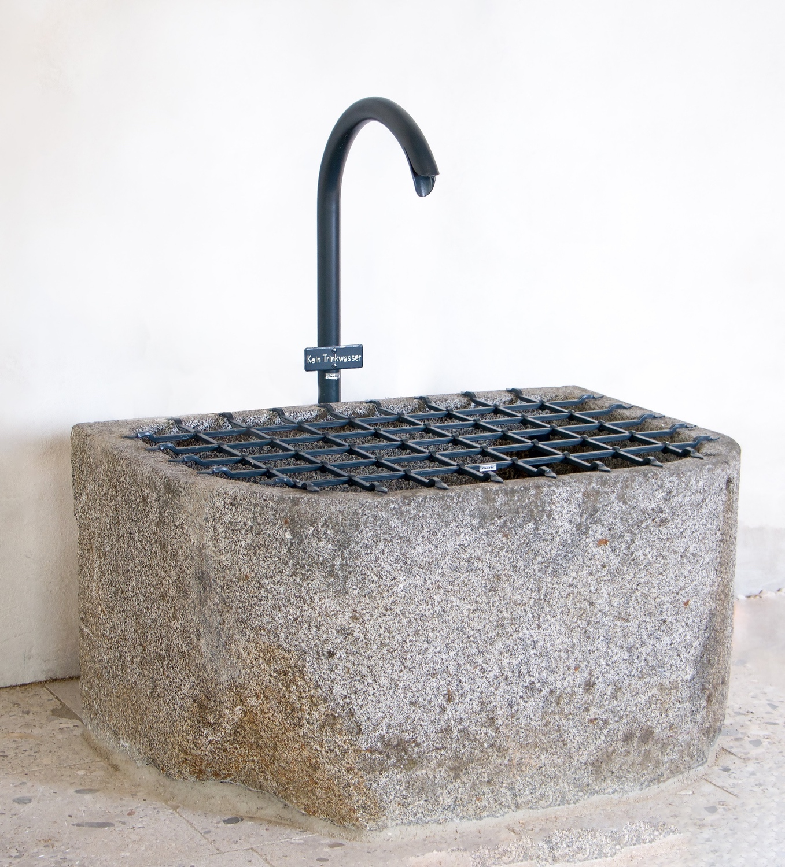 Brunneneinlauf mit Brunnengitter
