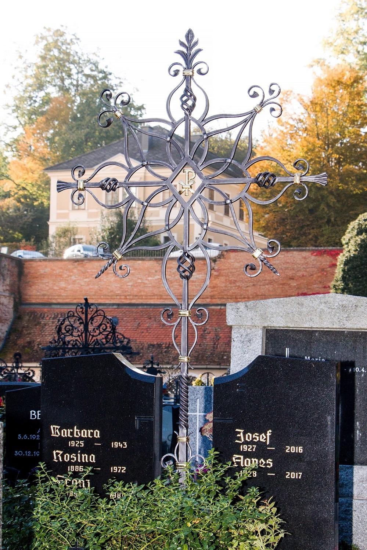 Grabkreuz mit Ornamenten