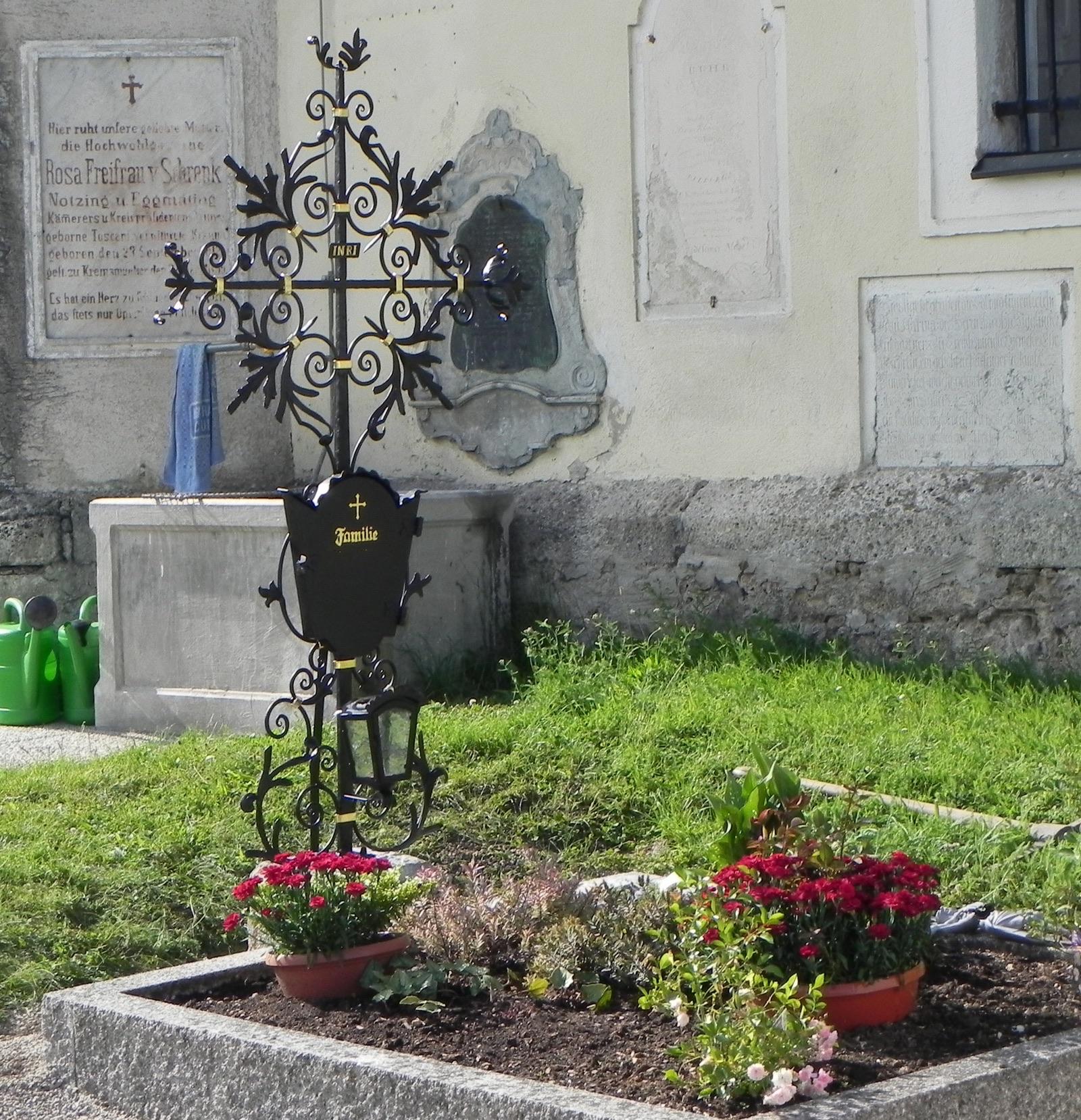 Grab mit Grabkreuz