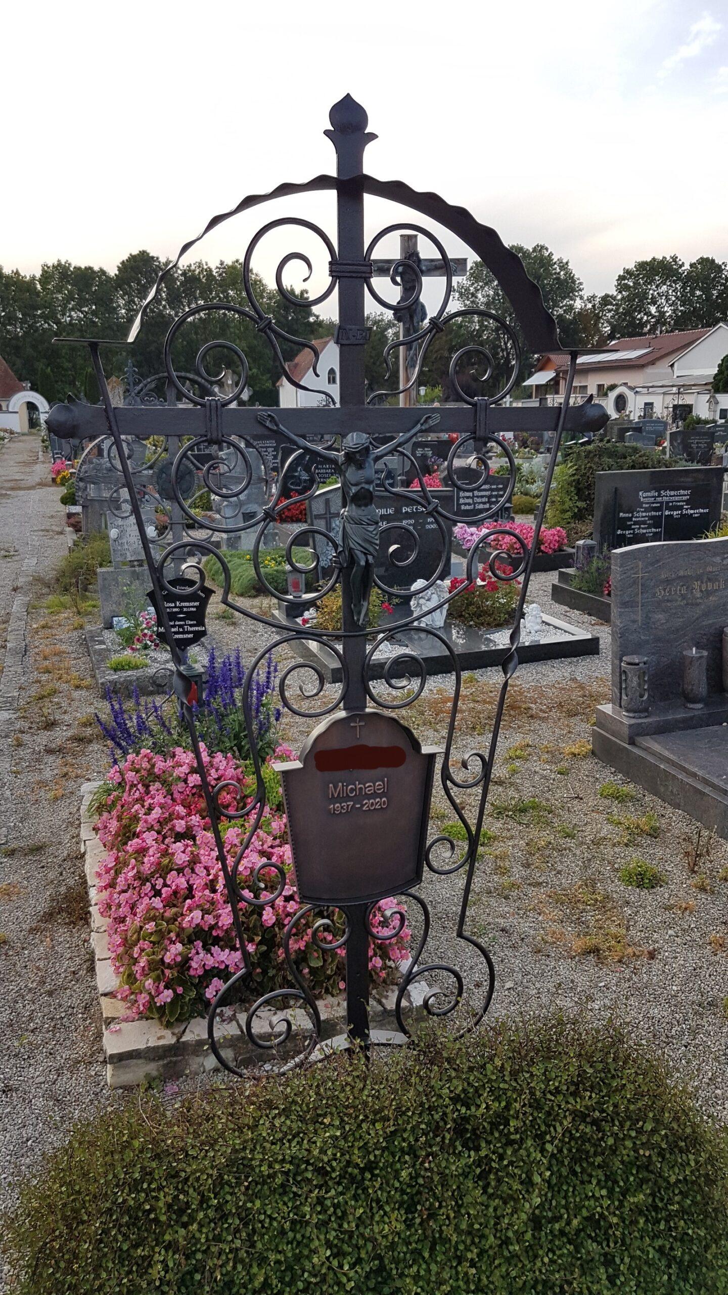 Restauriertes Grabkreuz