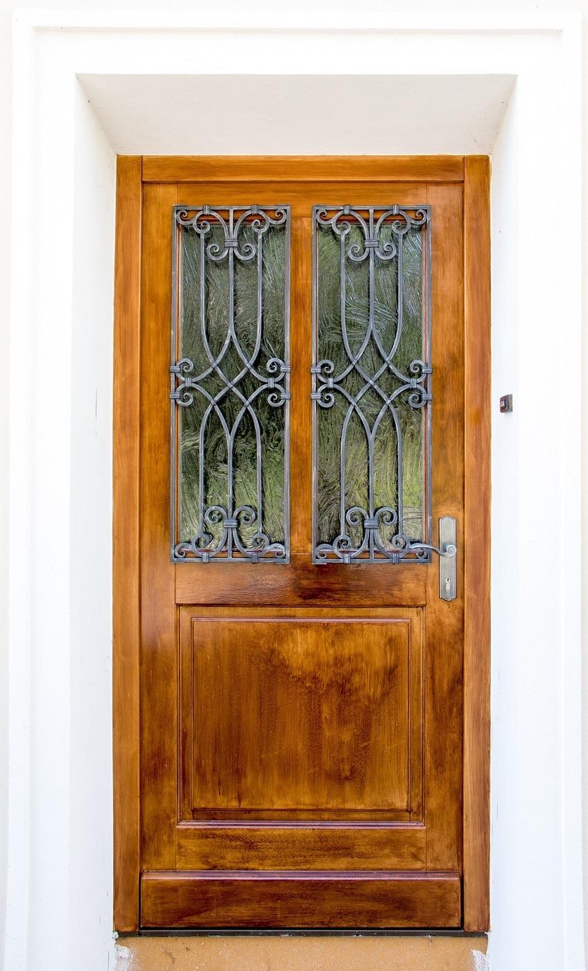 Holztür mit Fenstergitter