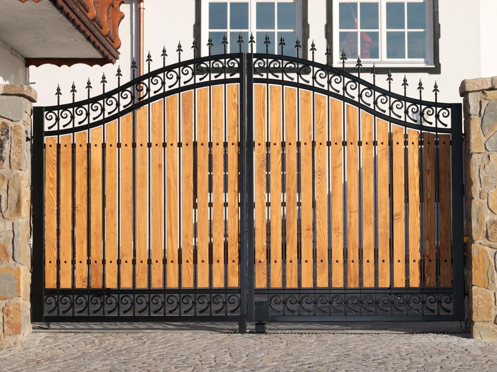 Tore aus Holz und Metall
